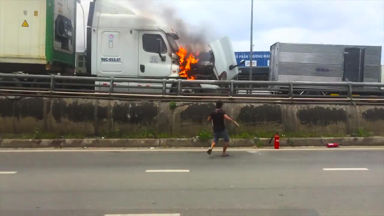 Cách người đàn ông sử dụng bình cứu dọa dập lửa gây nhiều tranh cãi