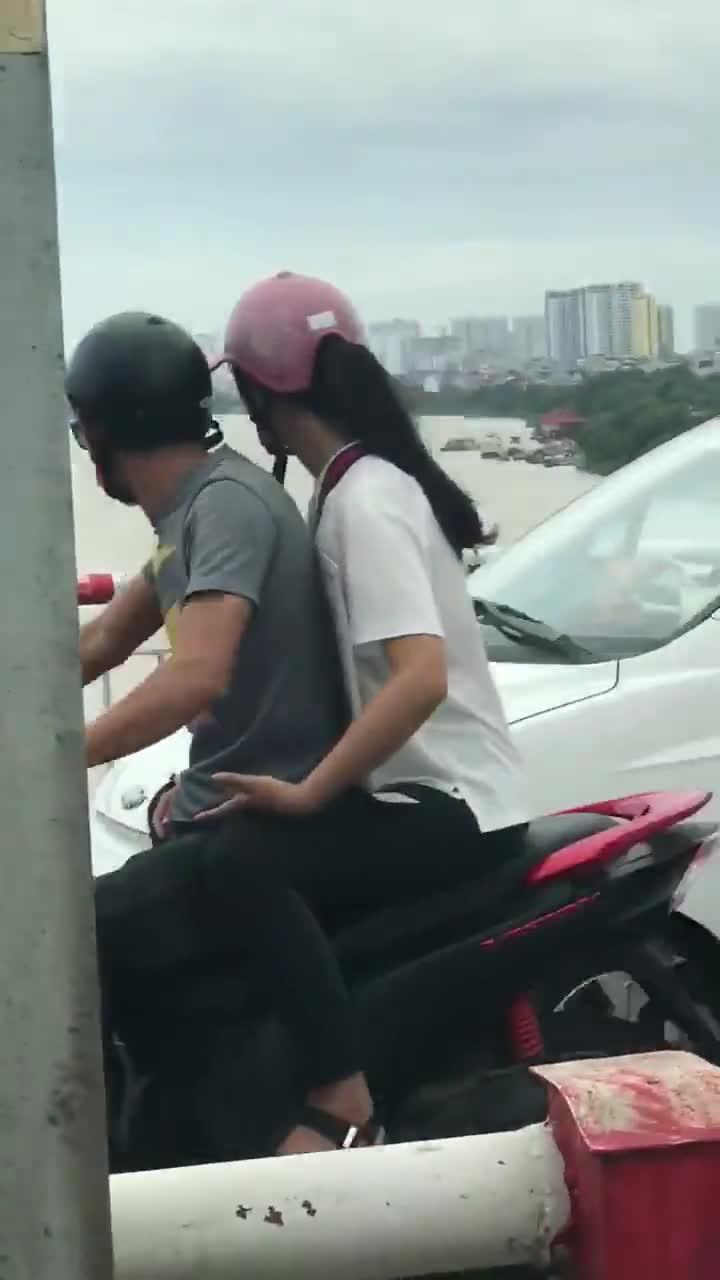 Người phụ nữ treo lên lan can cầu đòi tự tử