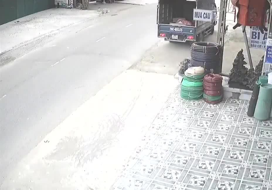 Cặp đôi đi xe máy gặp tai nạn dưới gầm xe tải