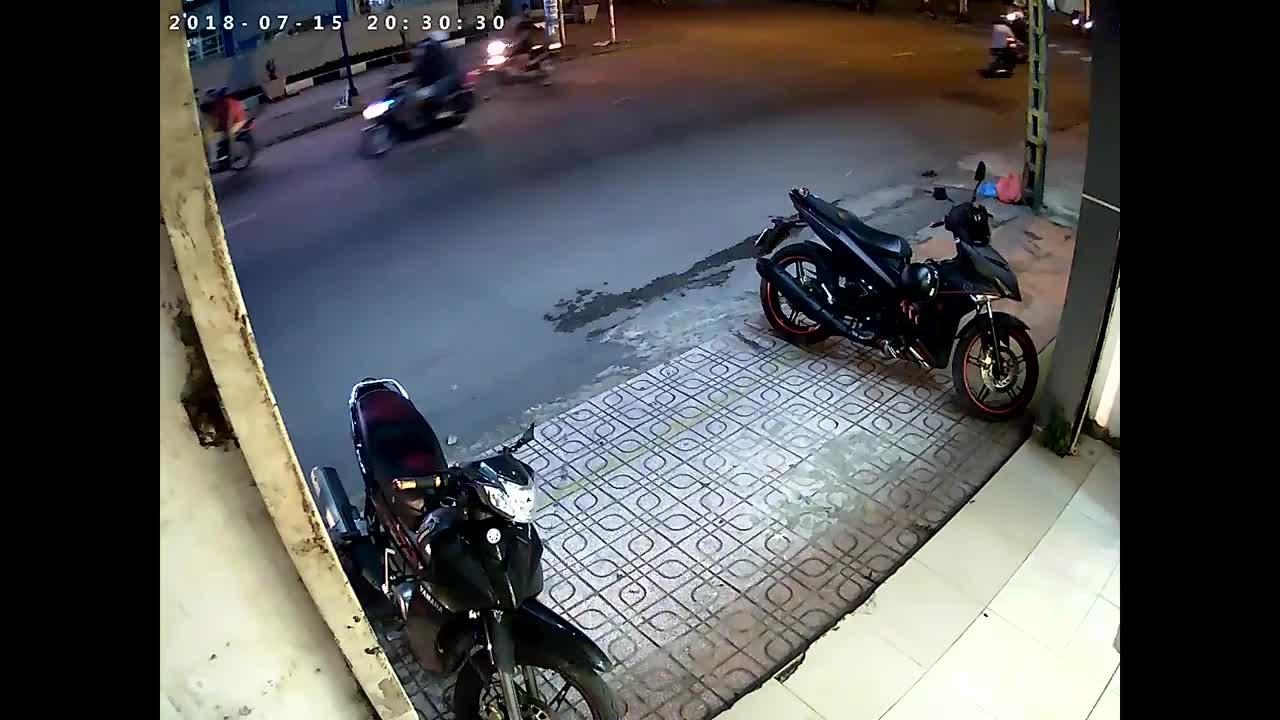 Xe máy đi ngược chiều gây tai nạn