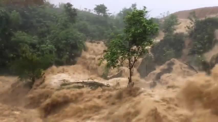 Nước lũ chảy từ trên núi xuống ở Phiêng Luông, Mộc Châu