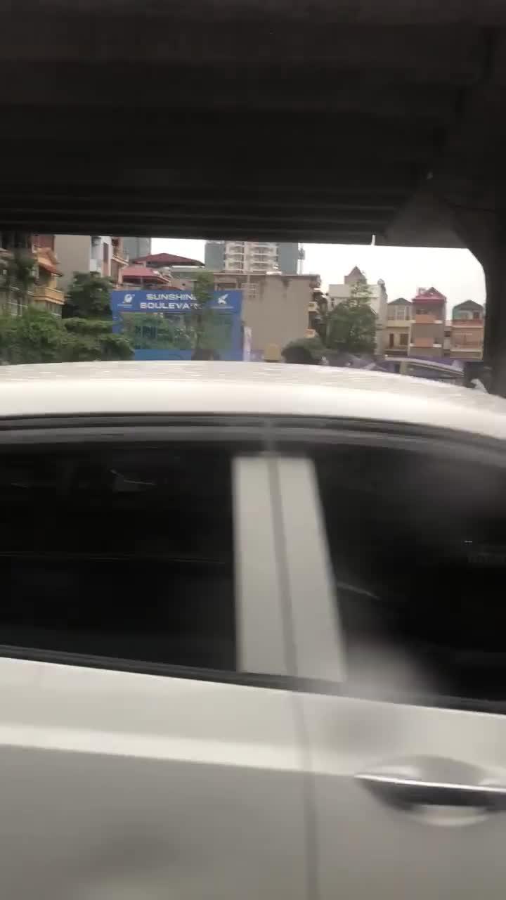 Tài xế taxi mắng, tát nam thanh niên đi xem máy giữa đường vì hành vi bỏ chạy sau khi để xảy ra va quệt