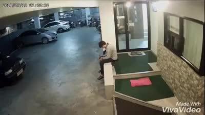 Nam thanh niên xảy ra xô xát với một cô gái ở hầm gửi xe
