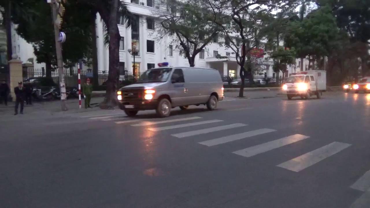 Đoàn xe chở các bị cáo tới TAND TP Hà Nội sáng 9/1.