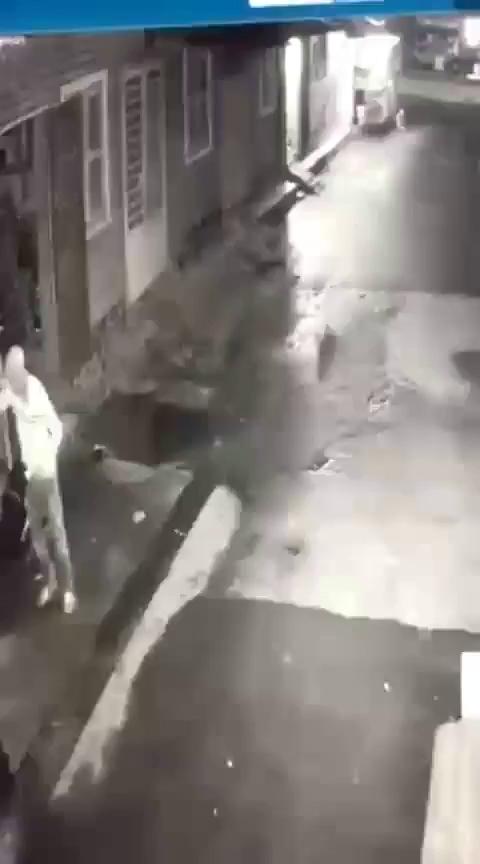 Tên trộm xui nhất năm, lấy xe không thành, bị chó đuổi rơi cả đồ nghề, điện thoại