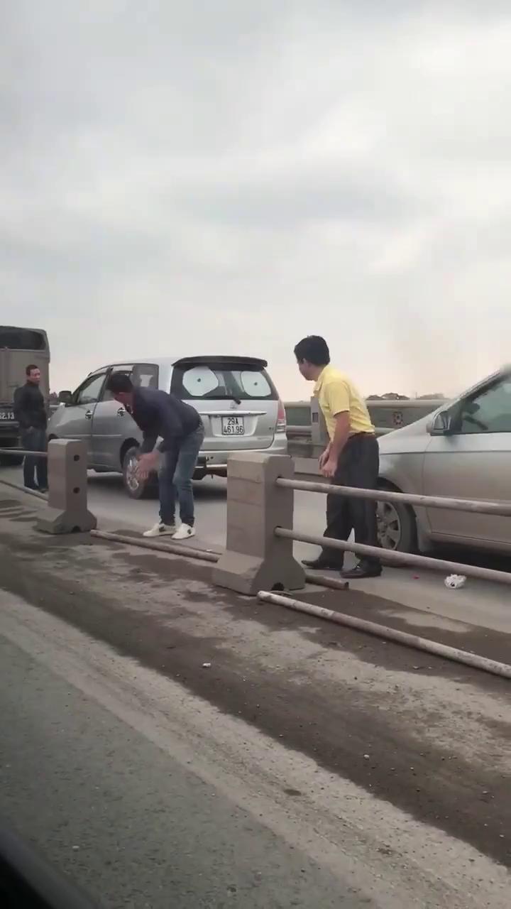 Tài xế tháo dải phân cách trên cầu Thanh Trì