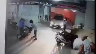 Nhân viên bảo vệ đánh cụ ông đầy bạo lực trong hầm để xe