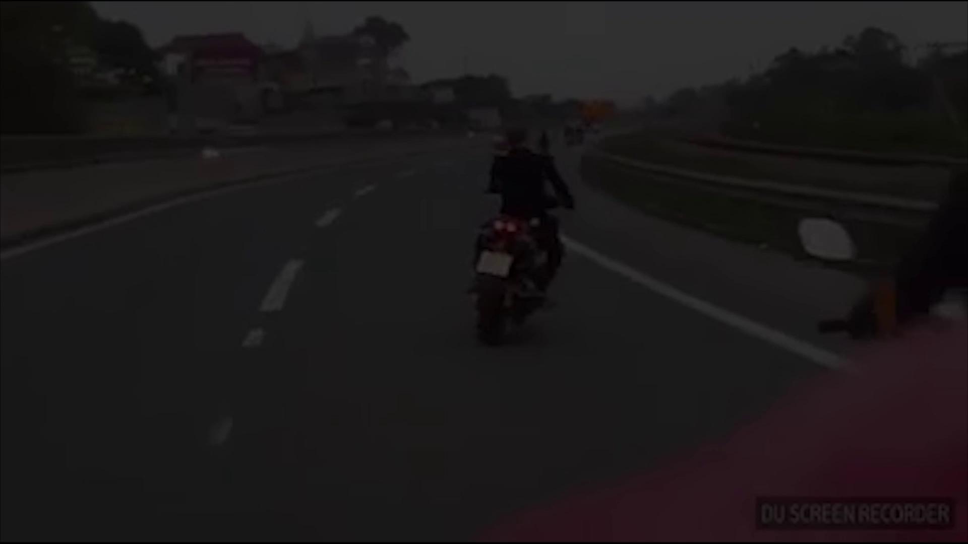 Nam thanh niên đi xe máy uốn éo trên cao tốc khiến dân tình ngán ngẩm