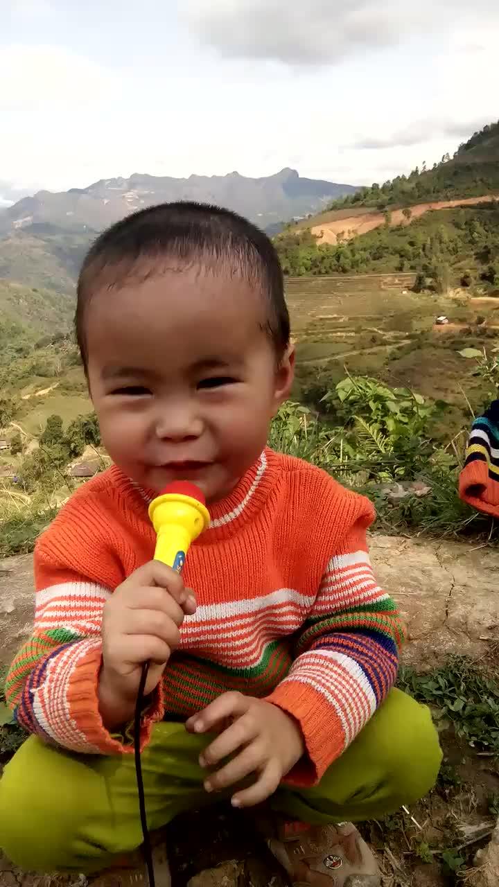 Cậu bé hát ngẫu hứng trên đồi