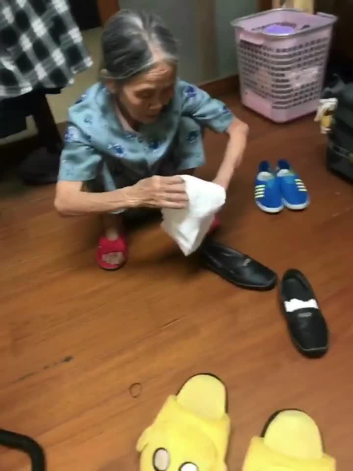 Bà ngoại của Sơn đang sửa soạn hành lý chuẩn bị về Việt Nam