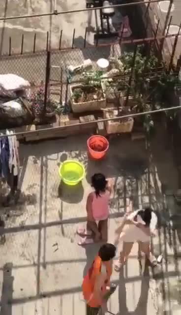 Clip ghi lại cảnh chồng bạo hành vợ con dã man giữa sân nắng