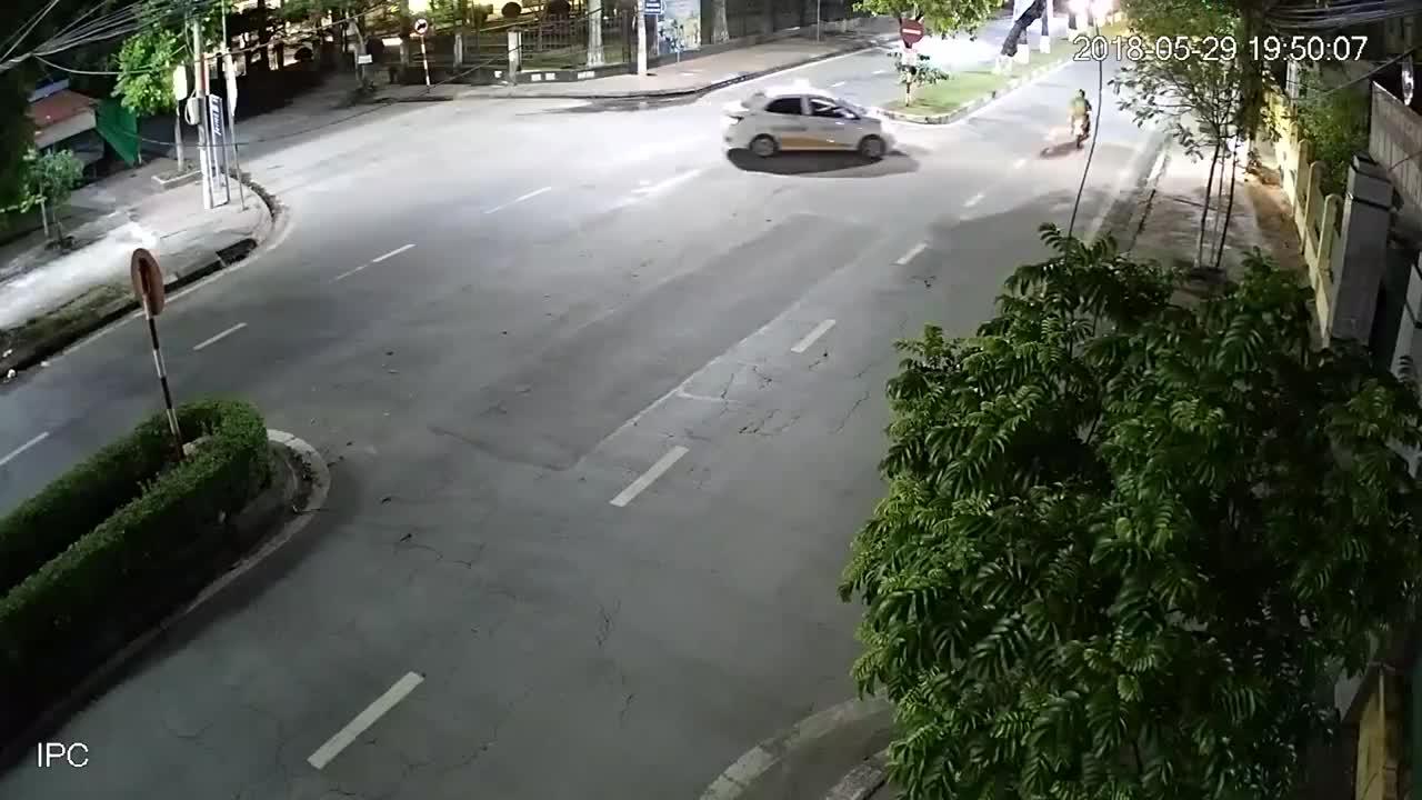 """Cái cây """"oan trái"""" và cú đâm làm xe tải suýt lật ngang"""