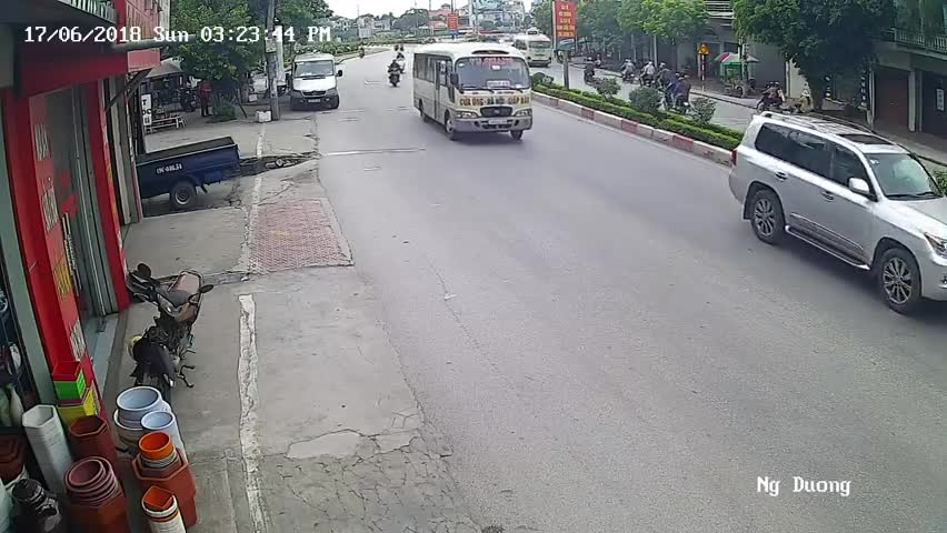 Pha chuyển bánh đột ngột của xe khách và cú ngã không gượng dậy được của 2 phụ nữ