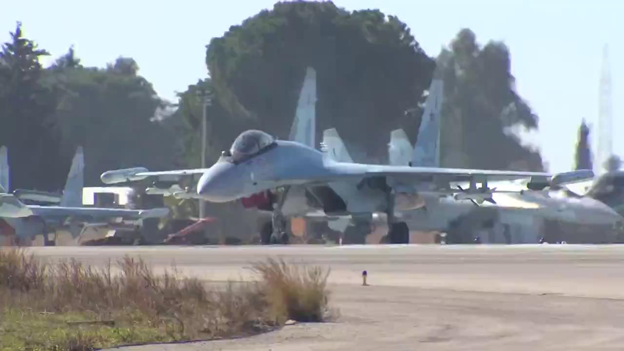 Tiêm kích Su-35S của Không quân Nga đeo pod tác chiến điện tử L-265 Khibiny làm nhiệm vụ trực chiến