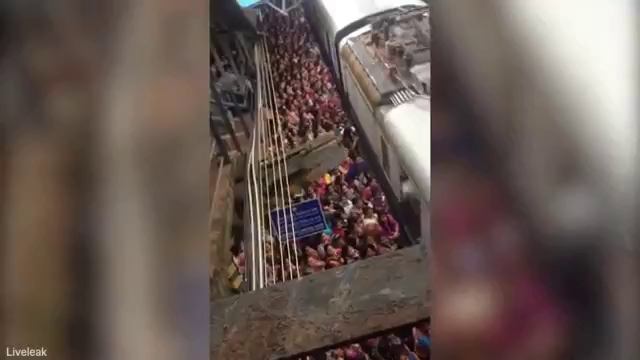 Cảnh chen lấn xô đẩy lên tàu nghẹt thở ở Ấn Độ.