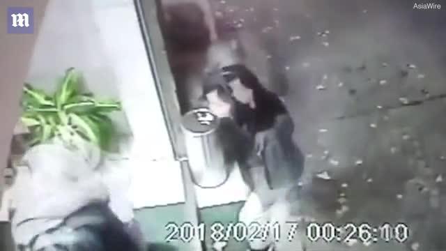 Video cho thấy Chan và Poon vào khách sạn cùng nhau, sau đó một mình Chan ra khỏi khách sạn cùng chiếc vali hồng