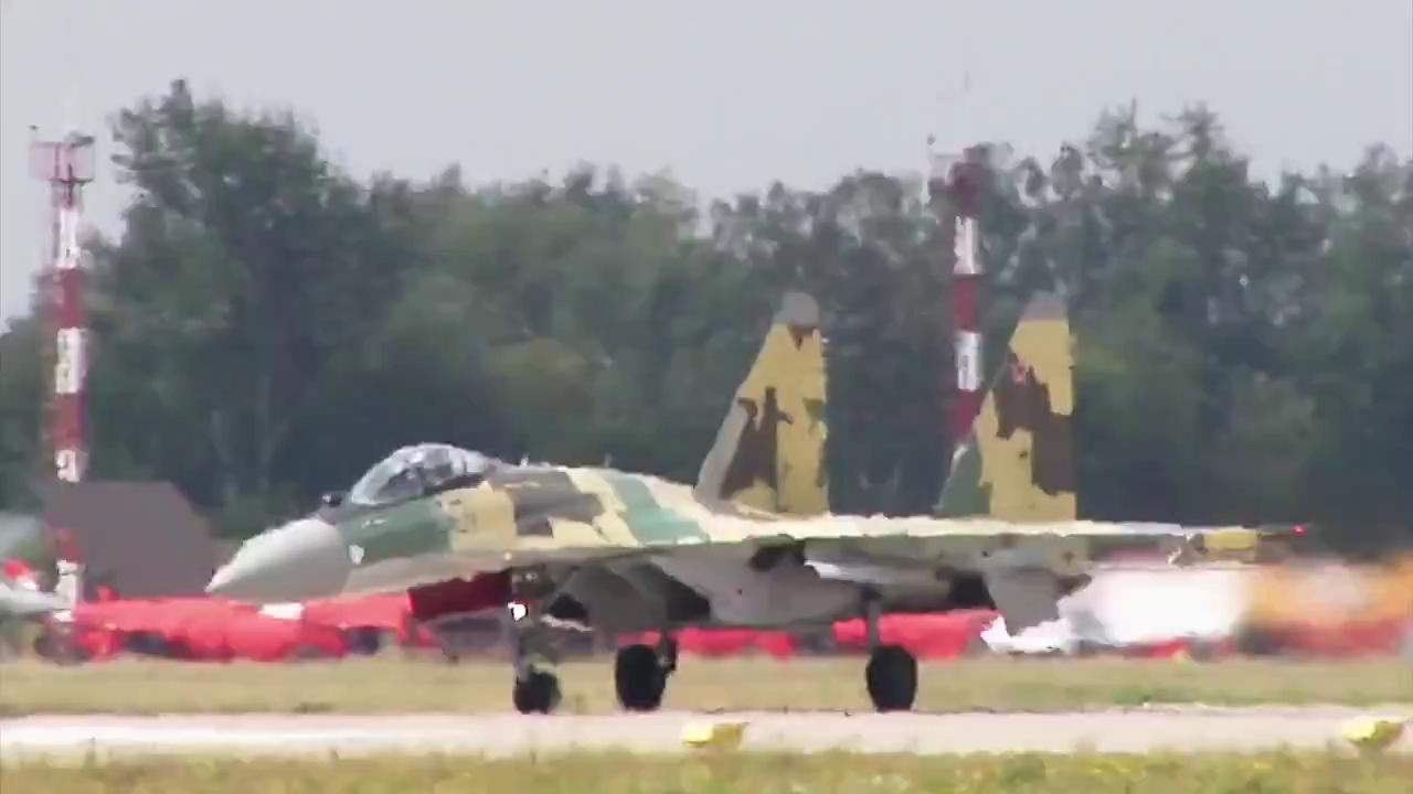 Máy bay Su-35 của Nga bay trình diễn tại Moscow