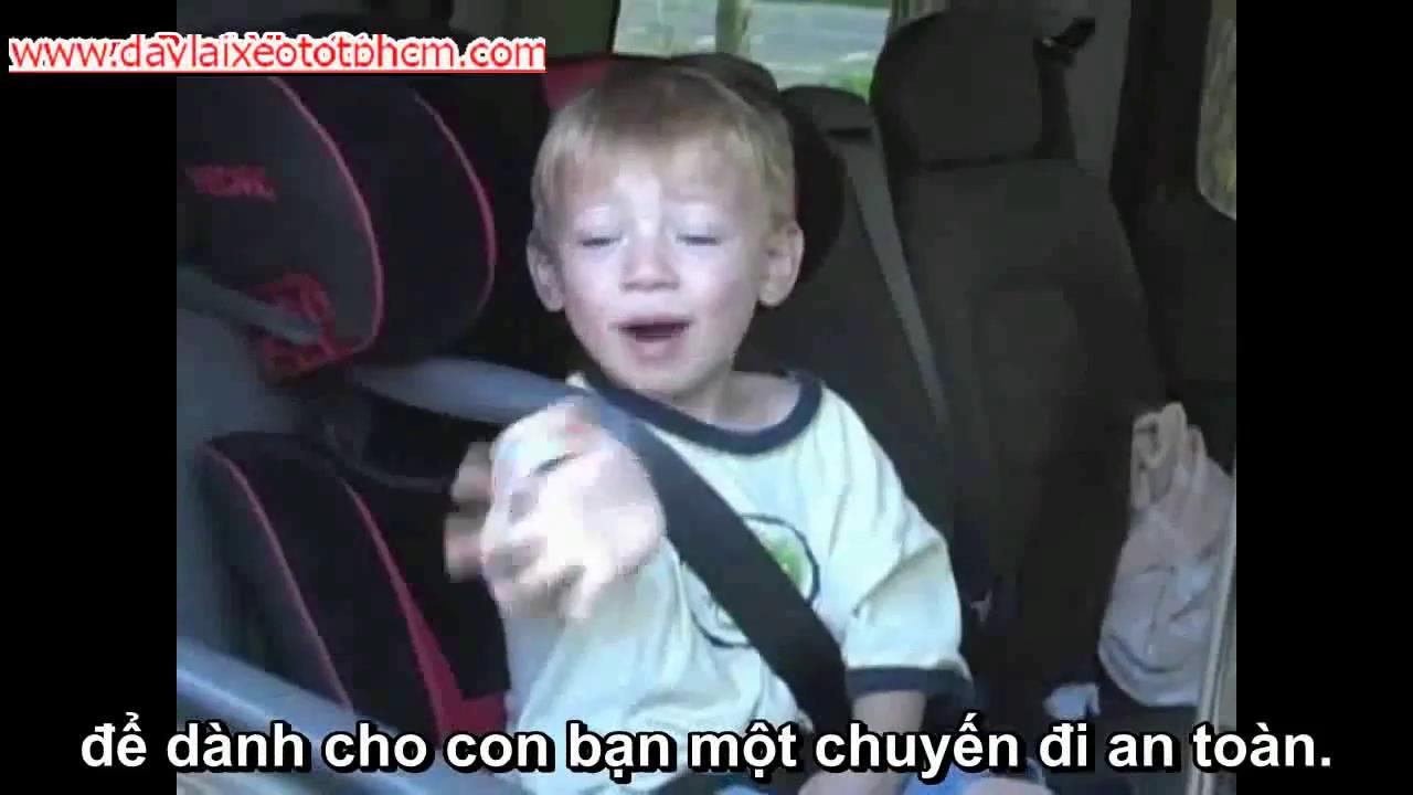Để đảm bảo an toàn cho trẻ em ngồi trên ô tô, việc trang bị ghế xe hơi dành cho trẻ và thắt dây an toàn đúng cách là điều rất cần thiết.