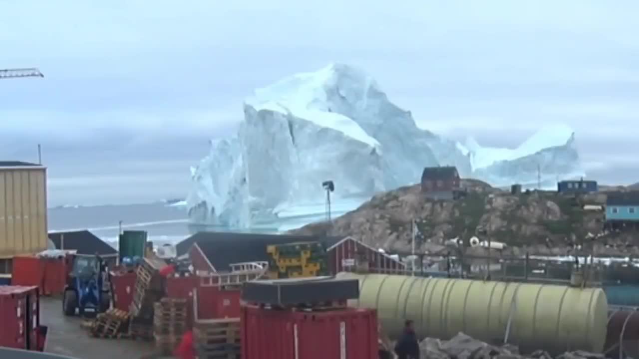 Tảng băng vỡ ra gần làng.