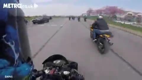 Clip: Nam thanh niên bị hất văng lên không trung khi đua mô tô