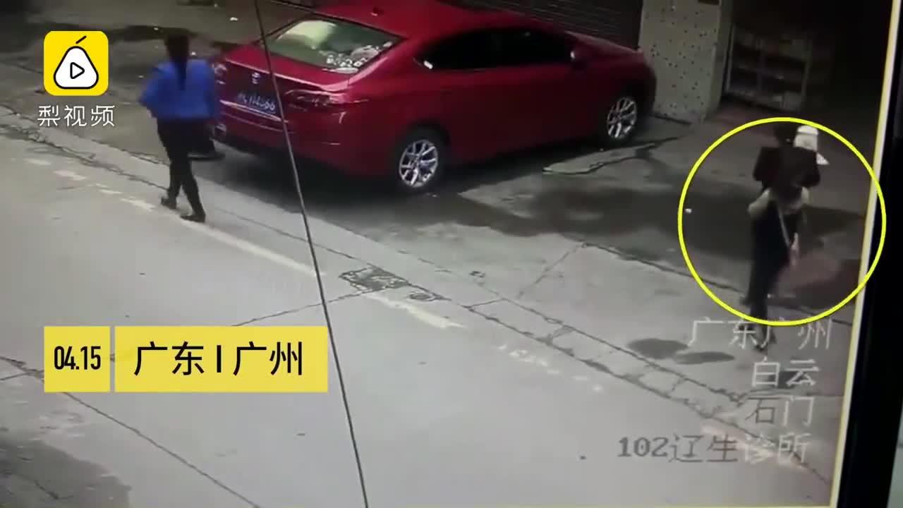Đang đi đường, cô gái bị... chó rơi trúng đầu