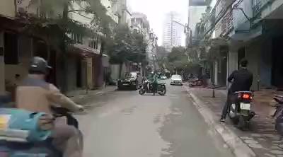 Nam thanh niên bốc đầu SH giữa phố đầy nguy hiểm