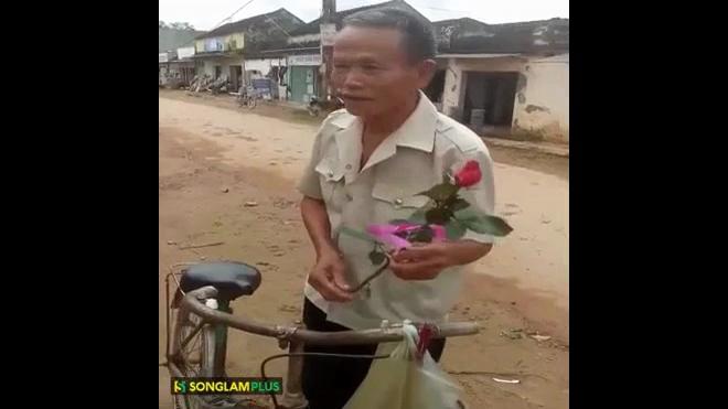 Cụ ông đi xe cà tàng mua hoa tặng vợ nhân ngày 20/10