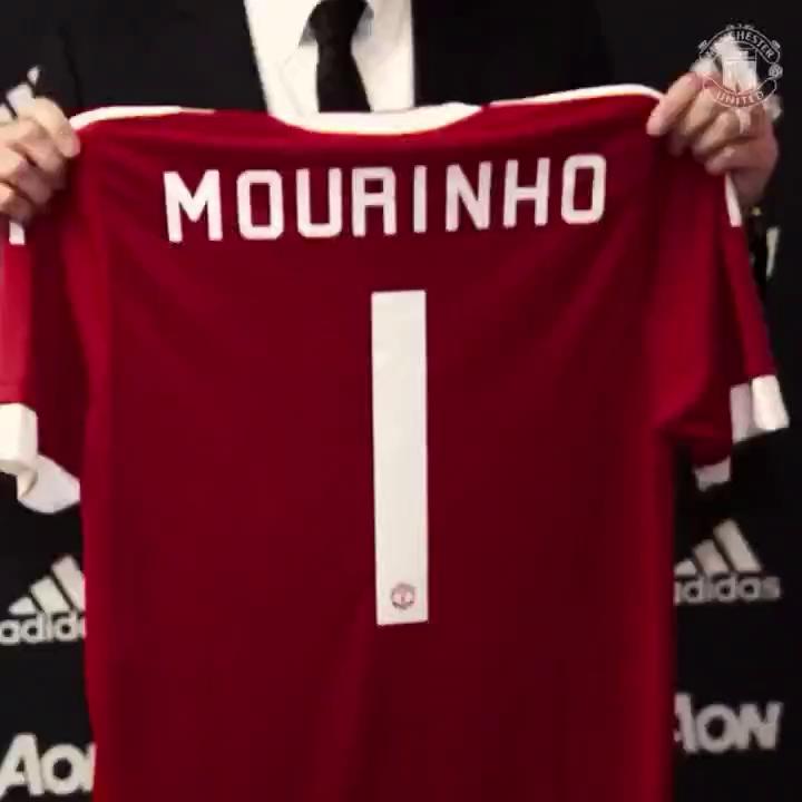 Clip Mourinho chụp ảnh ra mắt CLB.
