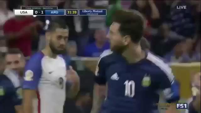 Trong trận bán kết Copa America 2016 giữa ĐT Mỹ và ĐT Argentina rạng sáng 22/6, Lionel Messi lập công bằng một siêu phẩm đá phạt hàng rào.