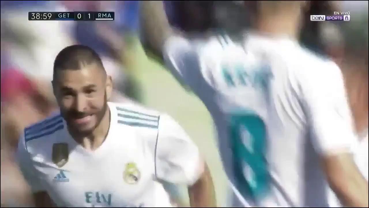 Ronaldo bỏ lỡ cơ hội ở khoảng cách 2m