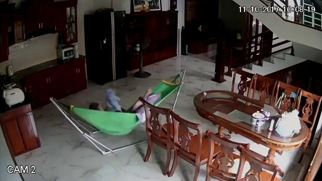 Giúp việc hành hạ bé 5 tháng