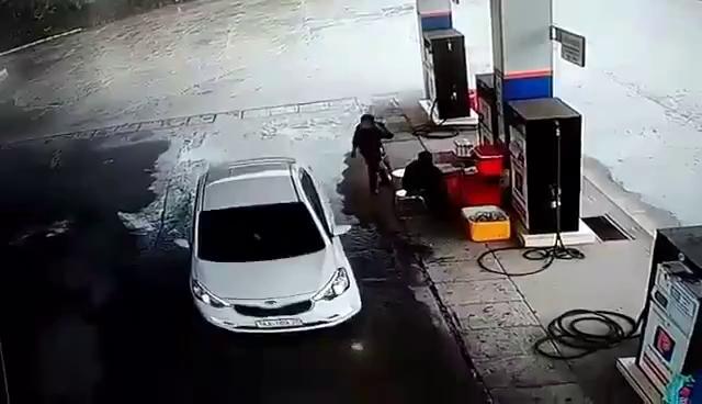 Ô tô đổ xăng không trả tiền rồi đi thẳng