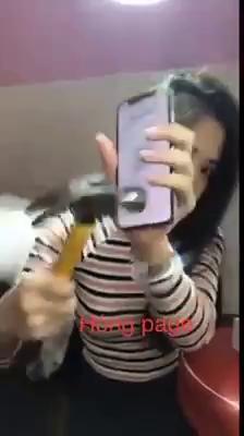 Cô gái livestream cảnh đập nát Iphone X