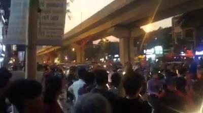 """Trên đường phố Hà Nội, người đổ ra đường """"đi bão"""""""