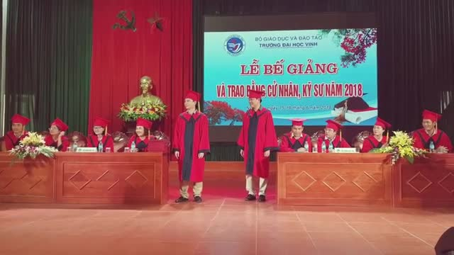 Nữ sinh được thầy giáo cầu hôn trong lễ tốt nghiệp