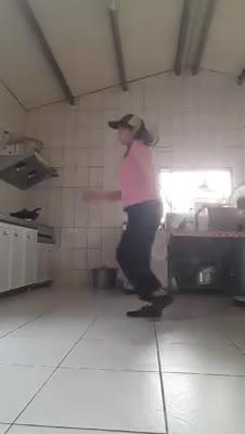 Bà mẹ hơn 50 tuổi nhảy dễ thương