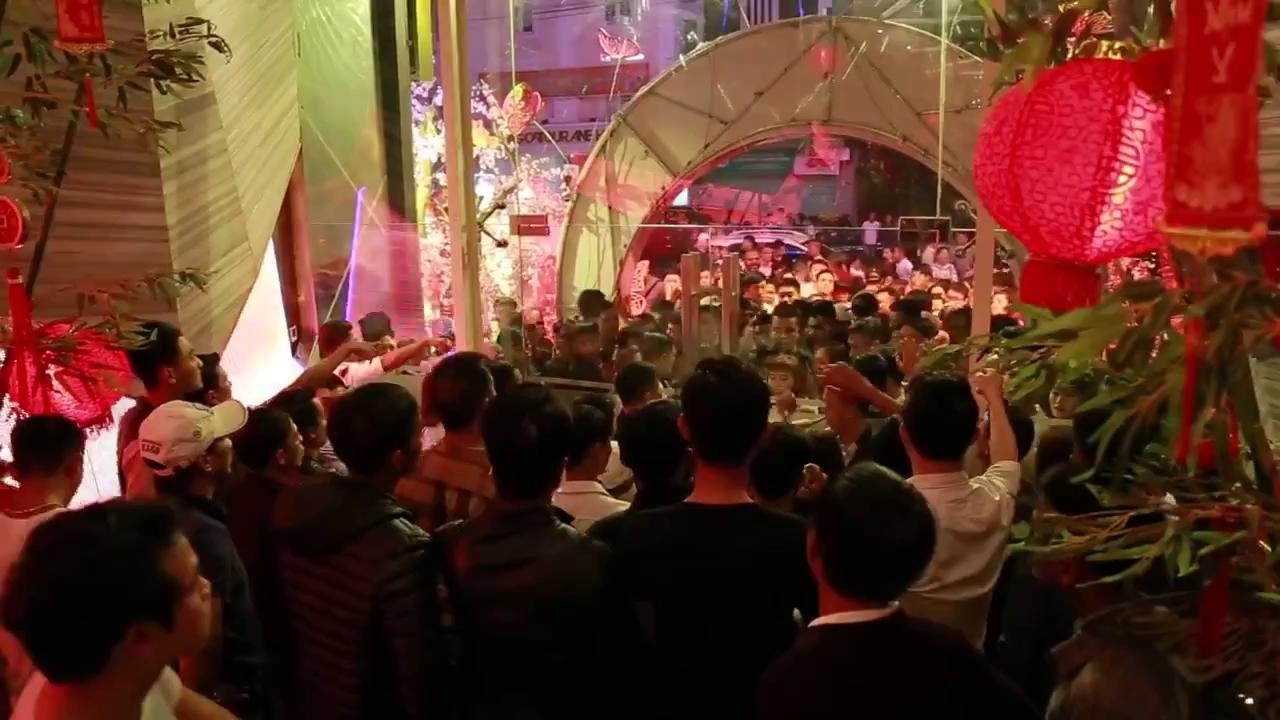 Quán bar phải đóng cửa vì lượng khách kéo đến quá đông