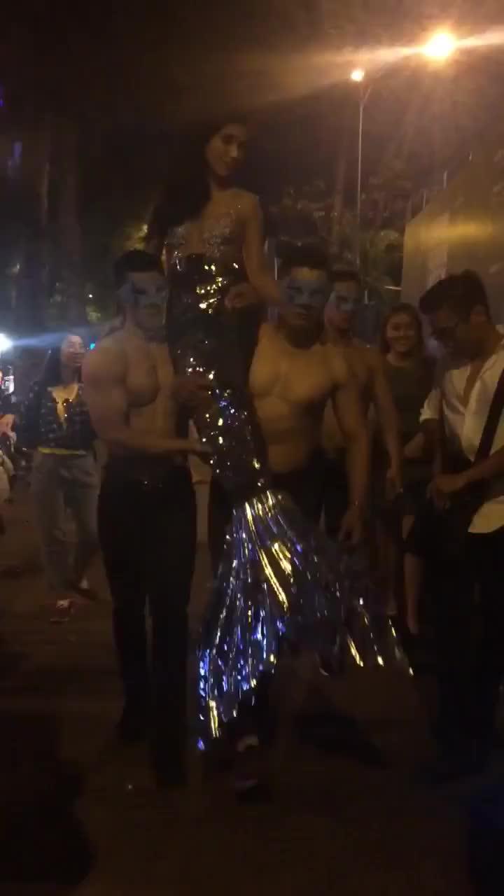 Cận cảnh màn rước tiên cá sexy của Tiêu Châu Như Quỳnh và dàn mẫu nam