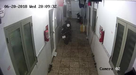 Nhóm thanh niên mặc áo Grabbike đột nhập vào dãy nhà trọ trộm xe Exciter trong mùa World Cup 2018