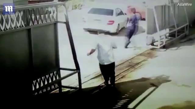 Nhóm tội phạm đóng giả nhân viên giao hàng để bắt cóc phụ nữ.