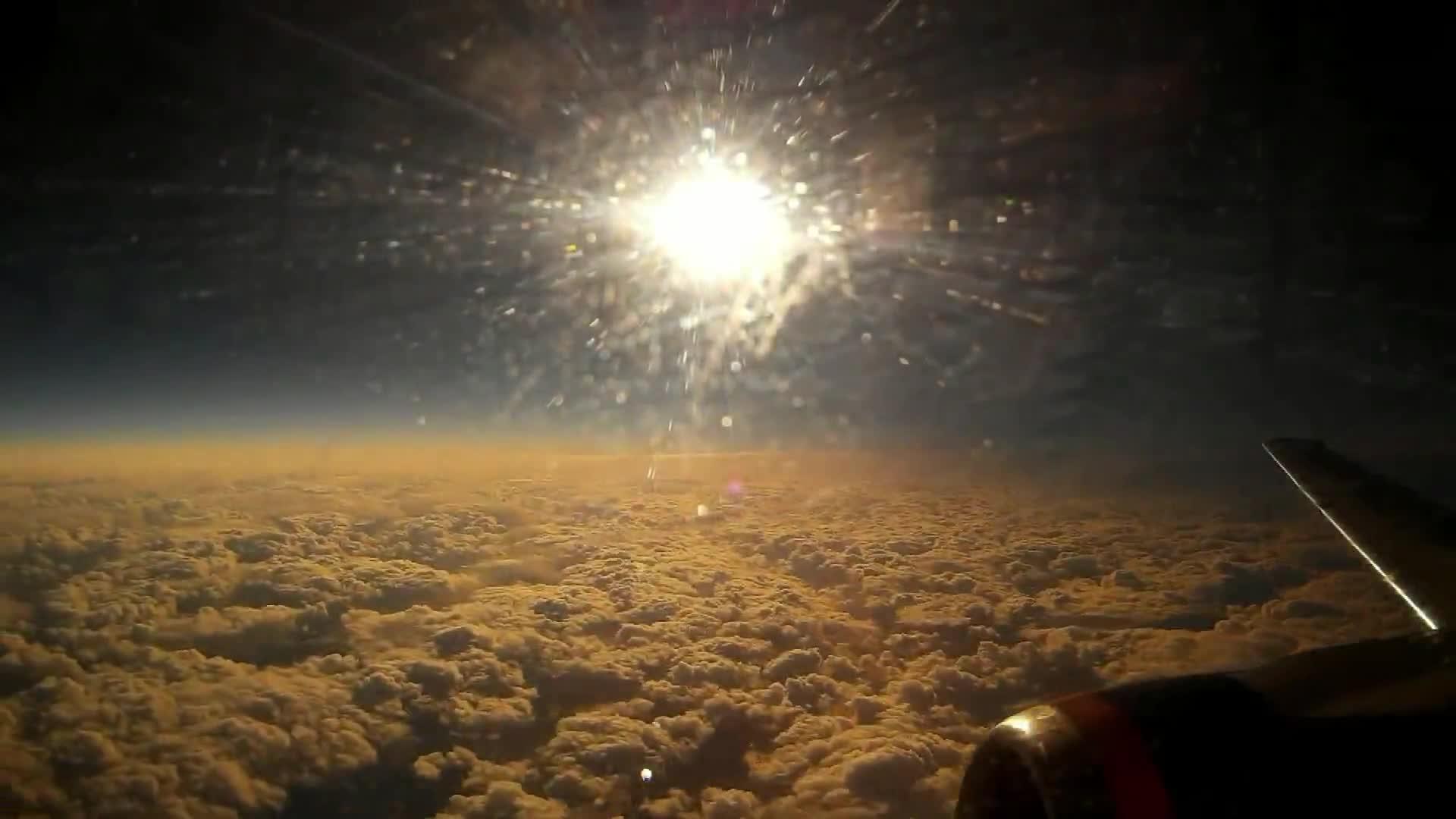 Nhật thực nhìn từ máy bay, thật kỳ lạ!
