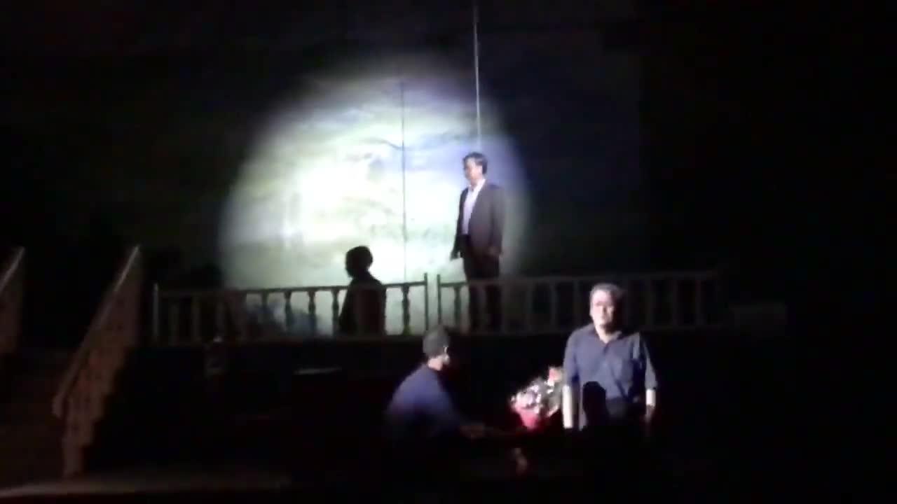 Đoạn clip khán giả xông lên sân khấu tặng hoa cho diễn viên