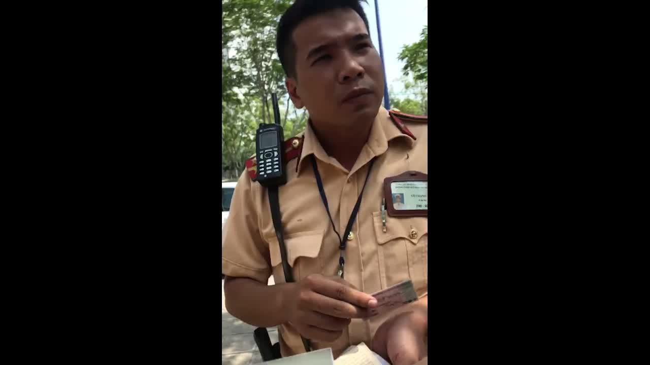 Video: CSGT lớn tiếng cho rằng 'bằng lái quốc tế vô giá trị đối với pháp luật Việt Nam' (Nguồn: V.T)