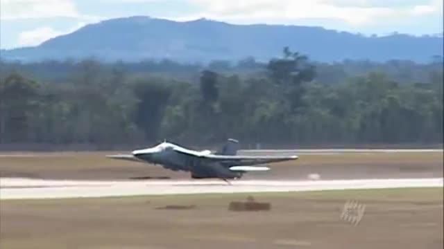 Máy bay ném bom F-111 hạ cánh khẩn cấp