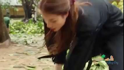 Phạm Hương quét rác