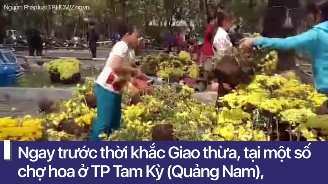 """Đập nát hoa để không bị ép giá: """"Ai bắt họ phải giảm giá, ai bắt họ phải cho?"""""""