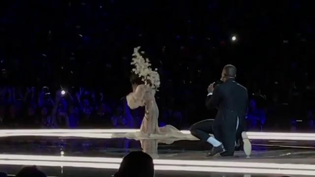 Gizele Oliveira đỡ Hề Mộng Dao đứng dậy sau khi bị trượt ngã.