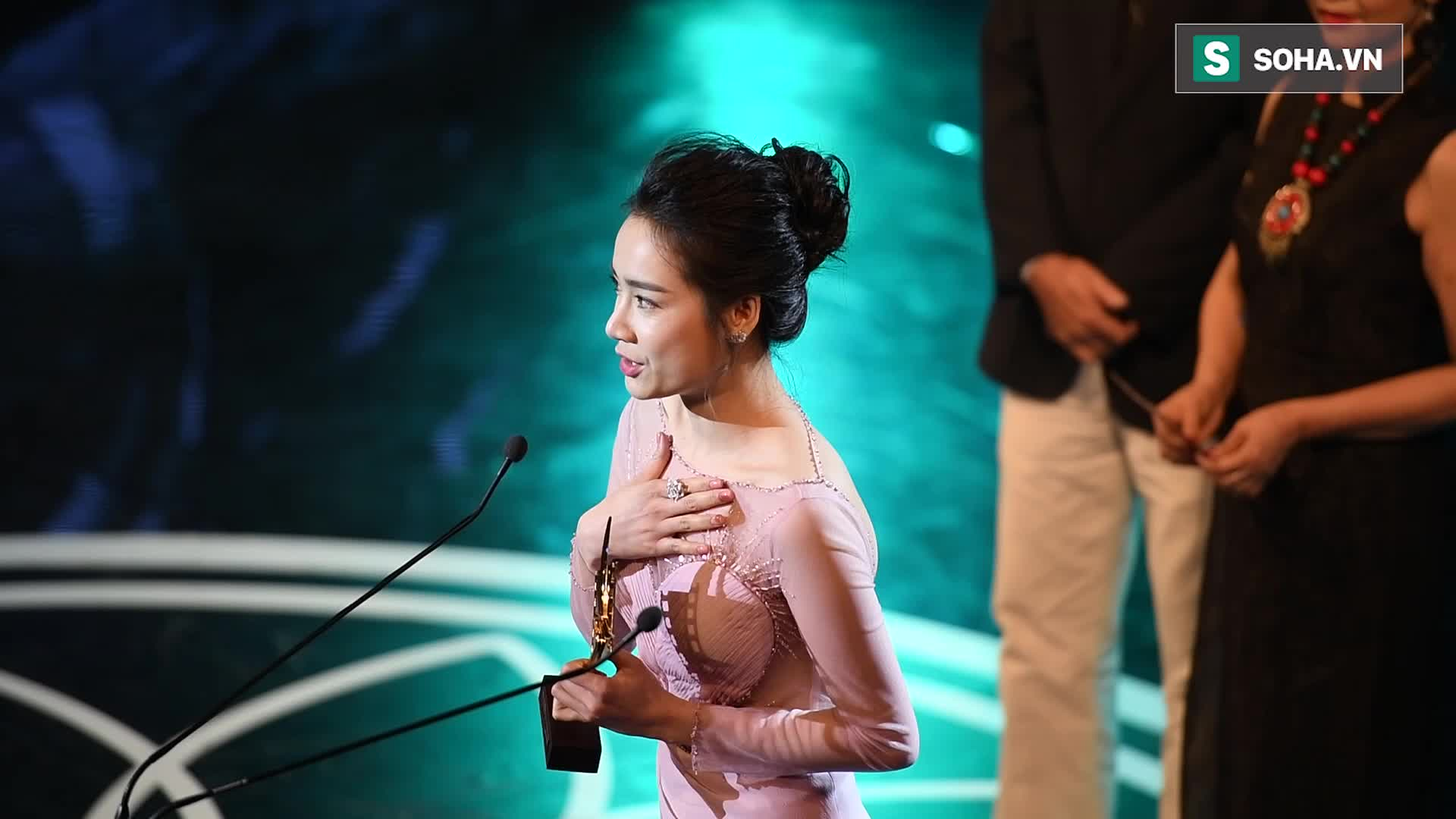 Nhã Phương bật khóc khi nhận giải Nữ chính xuất sắc.