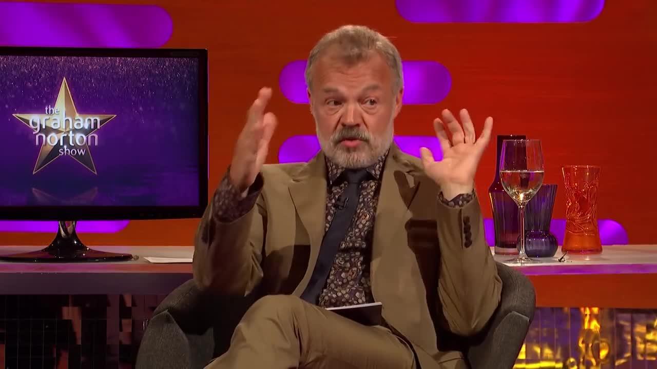 "Graham Norton ""vạch trần"" thói quen ăn cắp cốc của Rihanna."