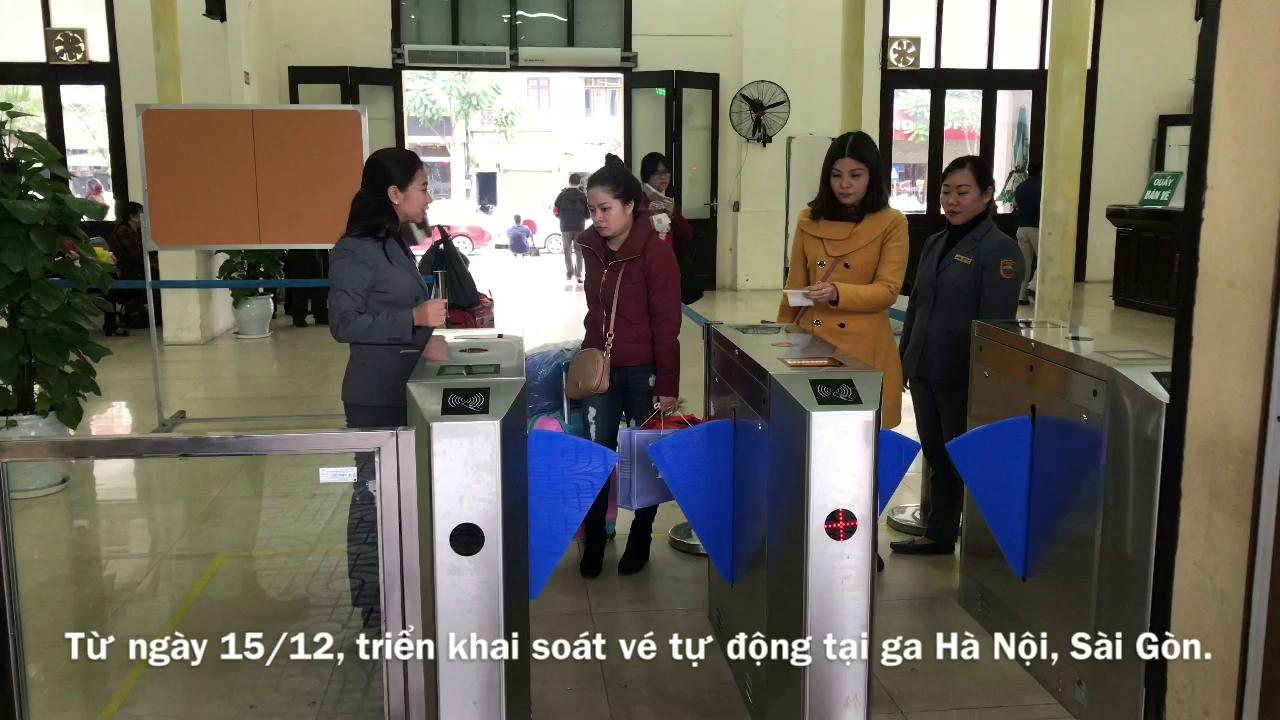 Hành khách bỡ ngỡ khi ga Hà Nội triển khai soát vé tự động.